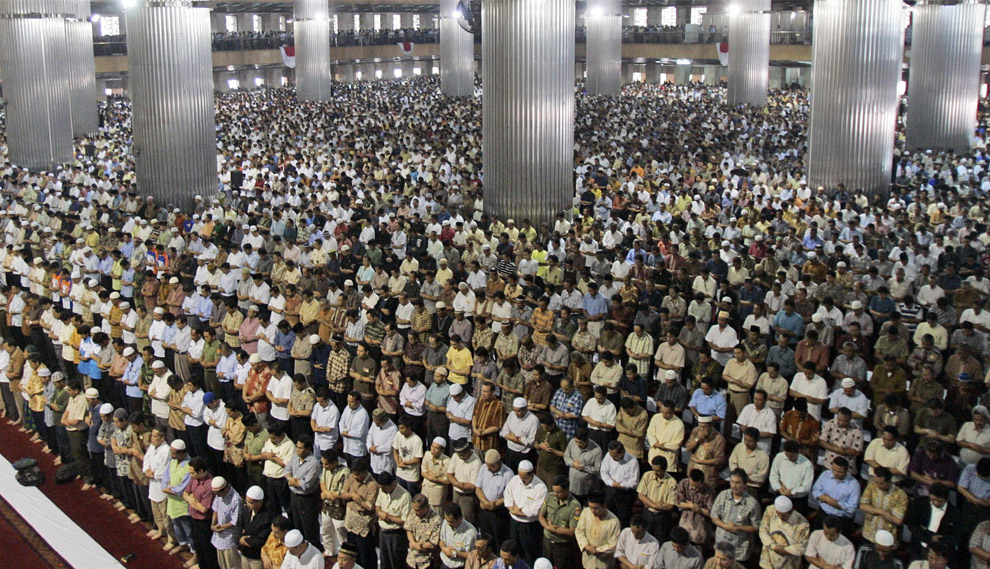 Indonesian-men-attend-Friday-prayer-at-Istiqlal-mosque-the-biggest-in-Southeast-Asia-in-Jakarta-Indonesia